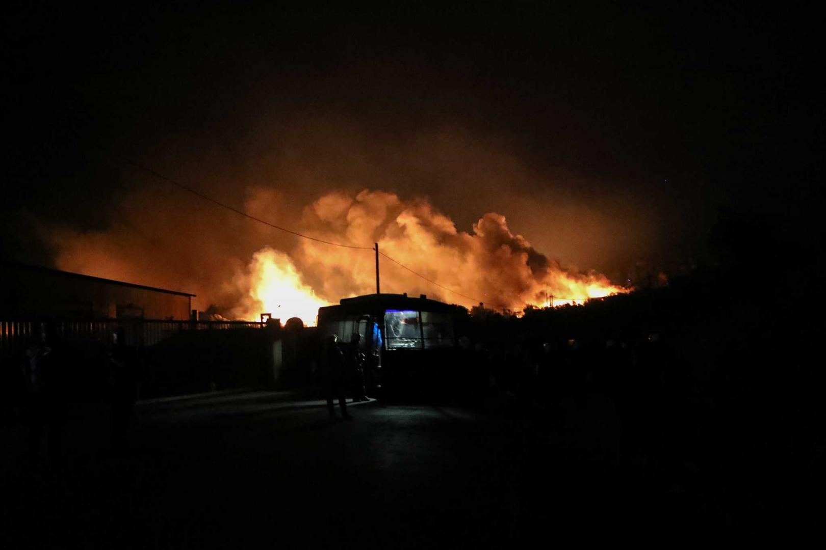 Φωτιά στη Μόρια- Σε έκτακτη κατάσταση η Λέσβος – Μεταφέρονται ΜΑΤ στο νησί  (video) - ilamia