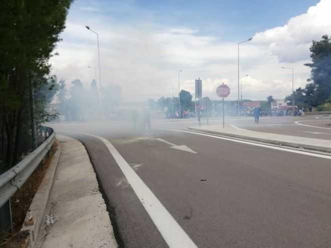 ΜΑΤ και πετροπόλεμος στο Hot spot Μαλακάσας:Οι μετανάστες διαμαρτύρονται για την ποιότητα του φαγητού